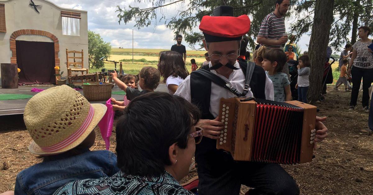 El Pere tocant l'acordió diatònic