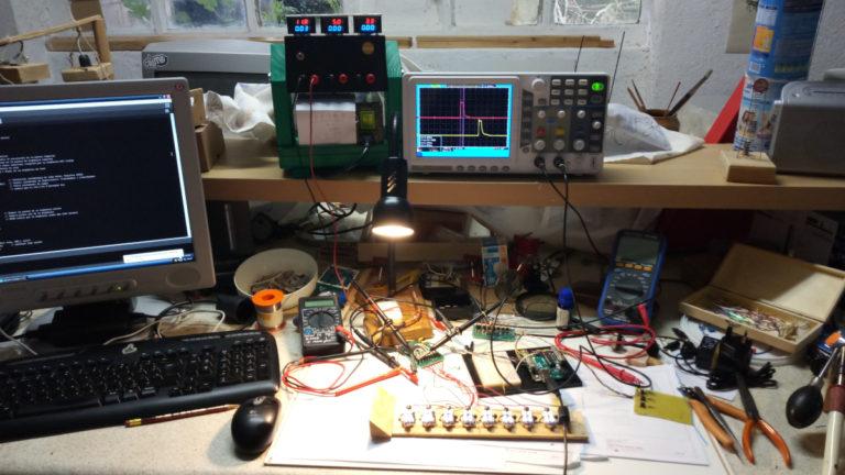 Fôstis Escènics dissenyant l'automatisme de llums per a Titelles Pamipipa